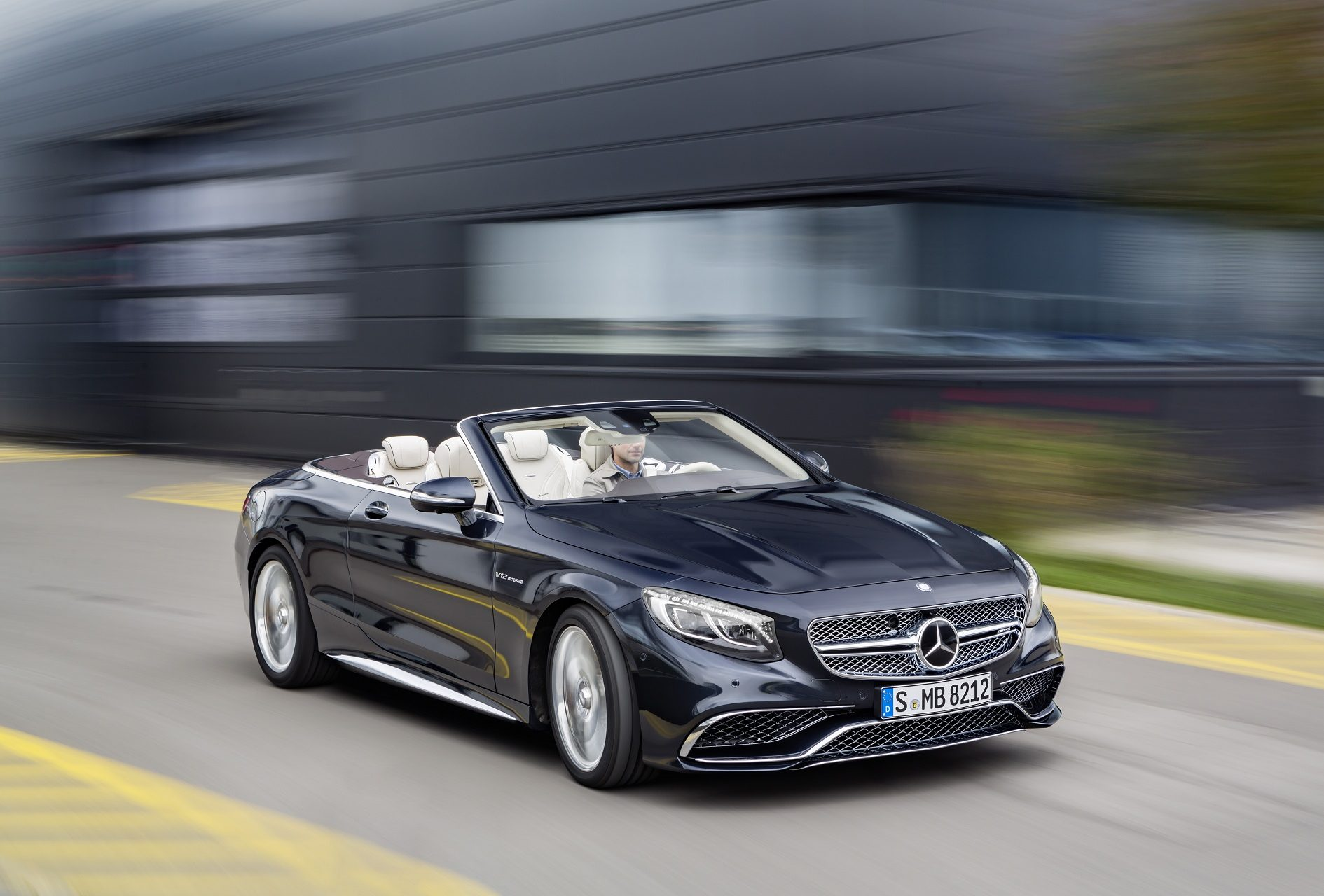 Mercedes-AMG S 65 Cabrio; Exterieur: anthrazitblau; Interieur: Leder porzellan Kraftstoffverbrauch kombiniert (l/100 km):  12,0, CO2-Emissionen kombiniert (g/km): 272; exterior: anthracite blue; interior: leather porcelaine; Fuel consumption, combined (l/100 km):   12.0, CO2 emissions, combined (g/km):  272
